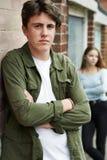 Couples adolescents malheureux dans l'environnement urbain photographie stock libre de droits