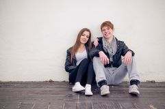 Refroidissez les couples adolescents Images libres de droits