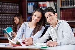 Couples adolescents tenant des mains tout en se reposant dedans photo libre de droits