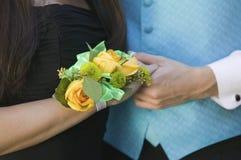 Couples adolescents tenant le plan rapproché de mains des mains Photos libres de droits
