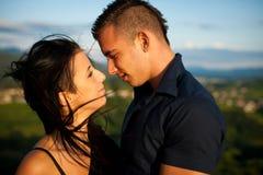Couples adolescents un après-midi de fin d'été en parc Images stock