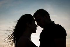 Couples adolescents un après-midi de fin d'été en parc Photographie stock libre de droits