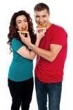 Couples adorables d'amour appréciant le secteur de pizza ensemble Images libres de droits