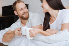 Couples adorables prenant le petit déjeuner dans le lit Image libre de droits