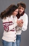 Couples adorables tenant la tasse de café Photo stock