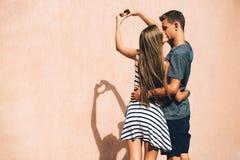 Couples adorables un jour ensoleillé dans la ville Photos stock