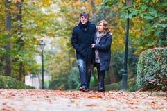 Couples adultes dans l'amour marchant en parc Images libres de droits