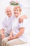 Couples adultes gentils collant entre eux images libres de droits