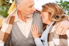 Couples adultes gentils se reposant dans le café Photographie stock libre de droits