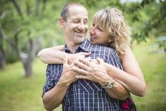 Couples adultes heureux en parc Images libres de droits
