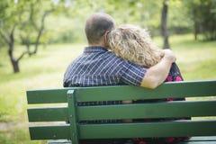 Couples adultes heureux en parc Image stock