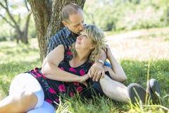 Couples adultes heureux en parc Photo stock