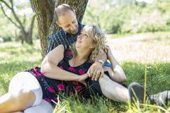 Couples adultes heureux en parc Photo libre de droits