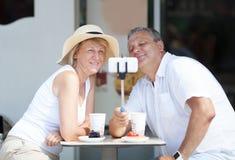 Couples adultes prenant le selfie avec le téléphone portable Image stock