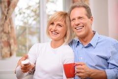 Couples adultes se reposant à la maison Photographie stock libre de droits