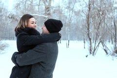 Couples adultes se reposant en parc Photo stock