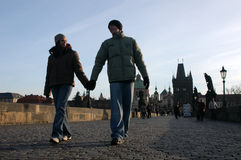 Couples affectueux à Prague Photos libres de droits