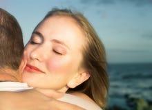 Couples affectueux étreignant avec l'orientation sur le visage de la femme photos stock