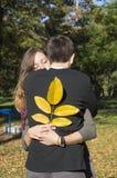 Couples affectueux étreignant en parc Image libre de droits