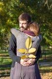 Couples affectueux étreignant en parc Photos stock