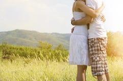 Couples affectueux étreignant l'extérieur fort sans des visages montrés Images stock