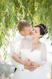 Couples affectueux étreignant le jour du mariage Images stock