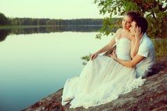 Couples affectueux étreignant sur le lac Jeune femme et homme de beauté dedans Photo stock