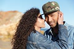 Couples affectueux africains heureux marchant dehors à la plage Photo libre de droits