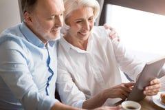 Couples affectueux agréables se reposant dans le café Photographie stock