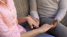 Couples affectueux américains tenant des mains se reposant sur le banc, faisant confiance à des relations clips vidéos