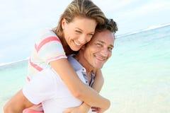 Couples affectueux appréciant sur la plage Photo libre de droits
