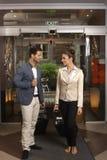 Couples affectueux arrivant au lobby d'hôtel Image stock