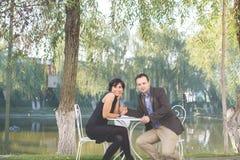 Couples affectueux assez jeunes se reposant en café de trottoir ensemble Photos stock
