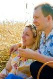 Couples affectueux attrayants dans le domaine de blé Image libre de droits