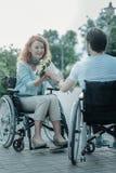 Couples affectueux avec plaisir positifs passant le temps ensemble Image libre de droits