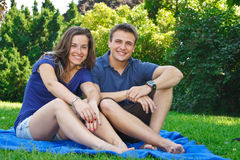 Couples affectueux ayant l'amusement dans la nature images libres de droits