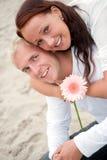 Couples affectueux ayant l'amusement sur la plage Images stock
