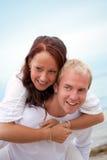 Couples affectueux ayant l'amusement sur la plage Photographie stock libre de droits