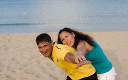Couples affectueux ayant l'amusement sur la plage Images libres de droits