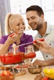 Couples affectueux ayant la fondue de fromage Photographie stock libre de droits