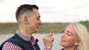 Couples affectueux ayant le plan rapproché d'amusement dehors clips vidéos