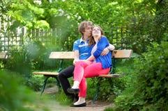 Couples affectueux ayant une datte dans un jardin images libres de droits
