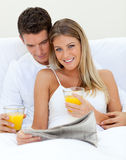 Couples affectueux buvant du jus d'orange Image stock