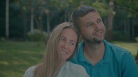 Couples affectueux collant et se reposant dehors banque de vidéos