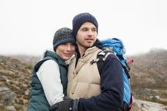 Couples affectueux convenables sur une hausse dans la campagne Photo stock