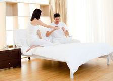 Couples affectueux découvrant l'essai de grossesse Image stock