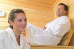 Couples affectueux détendant dans le sauna Photos libres de droits