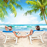 Couples affectueux détendant sur la plage Images libres de droits
