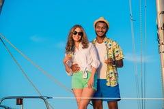 Couples affectueux détendant sur un yacht Photographie stock