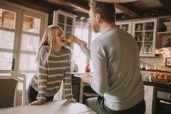 Couples affectueux dans la cuisine photographie stock